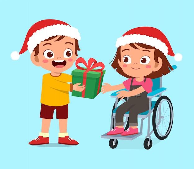De gelukkige gehandicapte vriend geeft heden aan jong geitjekerstmis