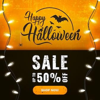 De gelukkige halloween-banner van de verkoopbevordering met heldere slingerlichten op donker en oranje
