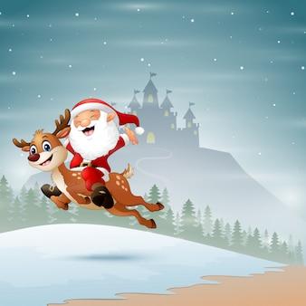 De gelukkige kerstman die een rendier berijden dat op de sneeuw springt