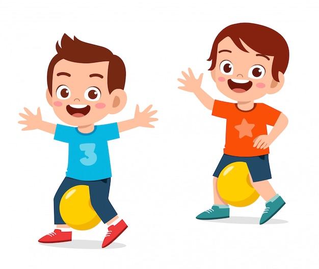 De gelukkige leuke kleine oefening van de jong geitjejongen met bal