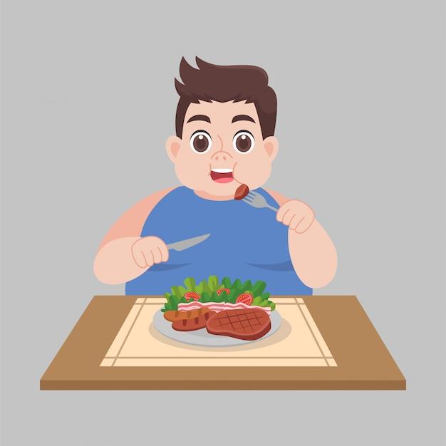 De gelukkige vette mens geniet van etend plantaardig saladevoedsel
