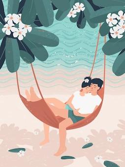 De gelukkige vrouw en de man in liefde ontspannen in een hangmat onder een frangipaniboom