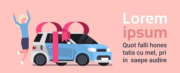 De gelukkige vrouw koopt nieuw auto over voertuig met lint en boog. tekstsjabloon