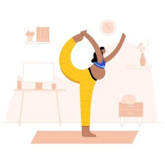 De gelukkige zwangere vrouw voert thuis yogaoefening uit. volwassen zwarte vrouwelijke stripfiguur.