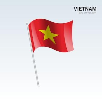 De golvende vlag van vietnam die op grijze achtergrond wordt geïsoleerd