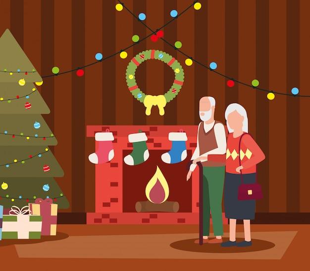 De grootouders koppelen in woonkamer met kerstmisdecoratie