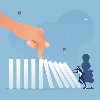 De grote hand houdt het domino effect-bedrijfsconcept tegen