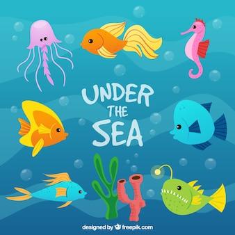 De hand getekend gekleurde vissen onder de zee achtergrond