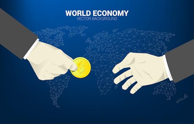 De hand van de zakenman geeft muntstukgeld aan andere met de achtergrond van de wereldkaart.
