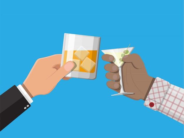 De handen groeperen het houden van glazen met dranken