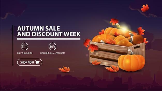 De herfstverkoop en kortingsweek, kortingsbanner met stad, houten kratten van rijpe pompoenen
