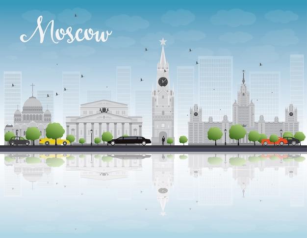 De horizon van moskou met grijze oriëntatiepunten en blauwe hemel