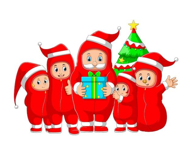 De illustratie van de kerstman viert de kerst met het gezin en met behulp van de persoonlijke beschermingsmiddelen