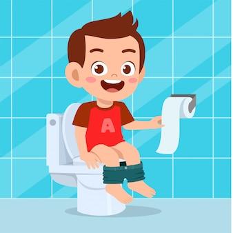 De illustratie van gelukkige leuke jongen zit op het toilet