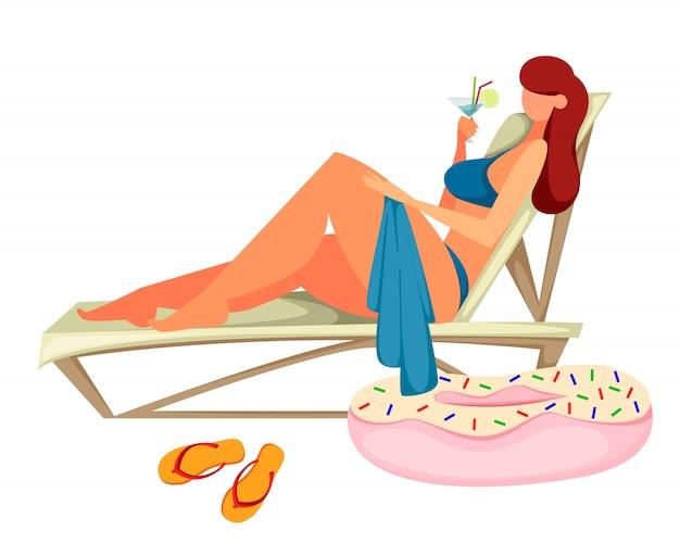 De jonge vrouw zonnebaadt op het strand