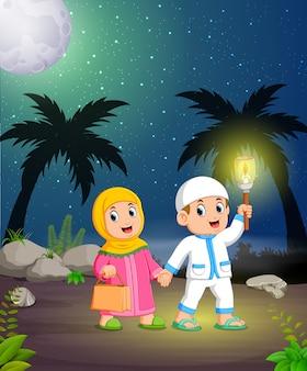 De jongen en het meisje lopen in de rotsstraat met de fakkel