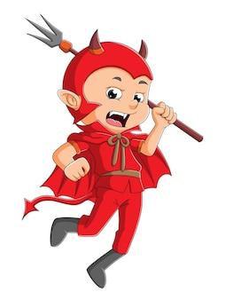 De jongen met de drietand draagt het duivelskostuum voor halloween ter illustratie