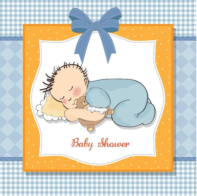 De kaart van de babydouche met de slaap van de weinig babyjongen met zijn teddybeerstuk speelgoed