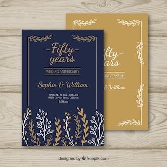 De kaart van de huwelijksverjaardag met bloemenornamenten in hand getrokken stijl
