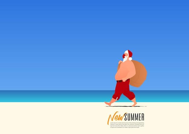 De kerstman die een masker draagt voor veiligheid en een giftzak draagt lopend op het strand terwijl op nieuwe de zomervakantie. nieuw normaal voor vakantie na coronavirus
