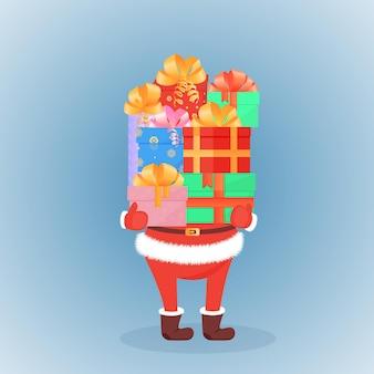 De kerstman in vilten laarzen en wanten houdt een berg feestelijke cadeaus bij zich. het concept van de verkoop voor kerstmis, nieuwjaar, tweede kerstdag