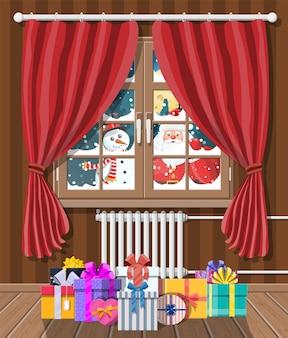 De kerstman kijkt in het raam van de woonkamer