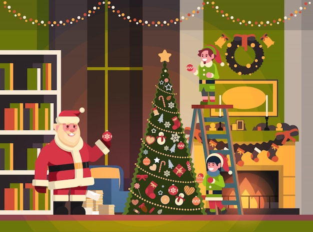 De kerstman met elf op trap verfraait horizontaal horizontaal van het kerstmis gelukkig nieuw jaar van de sparrenwoonkamer het gelukkige nieuwe concept