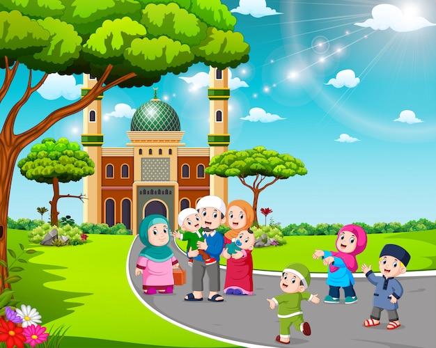 De kinderen en hun ouders lopen naar de moskee