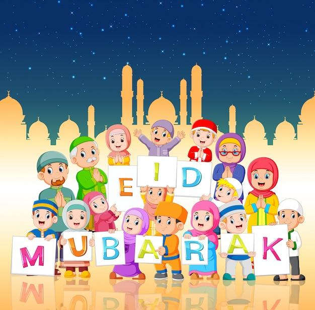 De kinderen houden het ied mubarak-bord vast in de nacht van ramadan