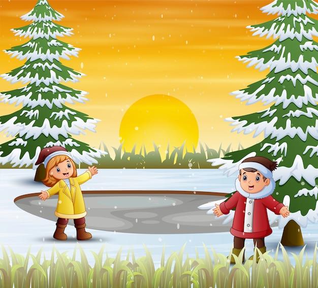 De kinderen in de winter kleedt zich bij aard
