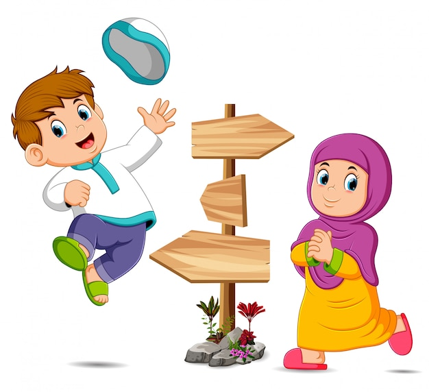 De kinderen spelen in de buurt van de houten wegwijzer