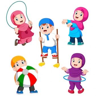 De kinderen spelen met hun verschillende speelgoed