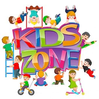 De kinderzonetekst met de kinderen die er omheen spelen