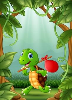 De kleine schildpad wordt in de jungle gelopen