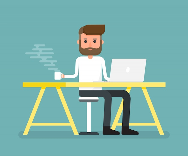 De koffiemok van de arbeidersholding ontspant tijd op bureau met laptop.