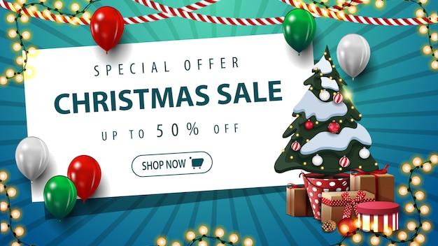 De kortingsbanner van de kerstmisverkoop met ballons en kerstboom in een pot met giften