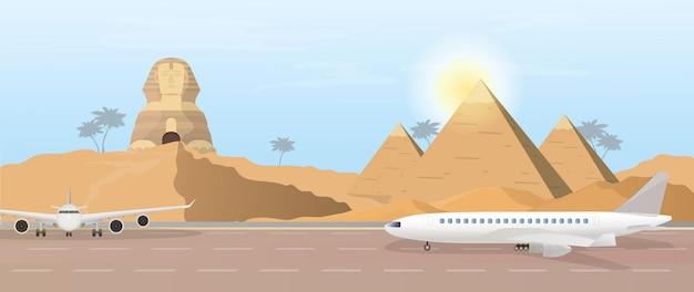 De landingsbaan tegen de achtergrond van de piramides en de egyptische sfinx