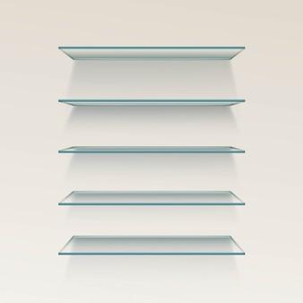 De lege planken van de glasplank op muurachtergrond