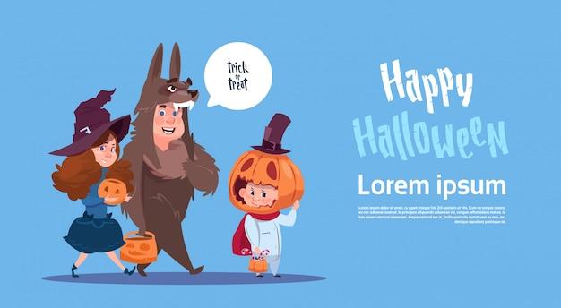 De leuke jonge geitjes dragen monsterskostuum, gelukkig halloween-de vieringsconcept van de bannerpartij
