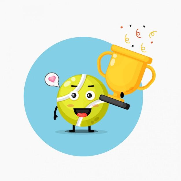 De leuke mascotte van de tennisbal heft de trofee op