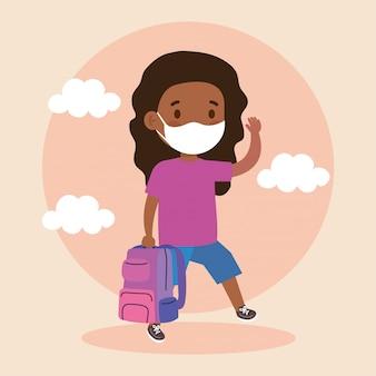 De leuke student die van meisjesafro medisch masker draagt om coronavirus covid 19 met schooltas te verhinderen
