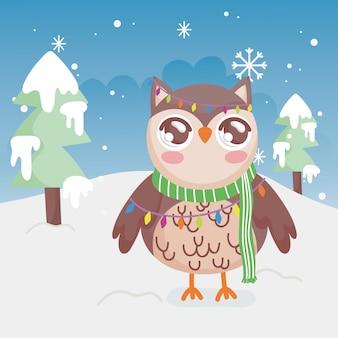 De leuke uil steekt vrolijke kerstmis van de bomensneeuw aan