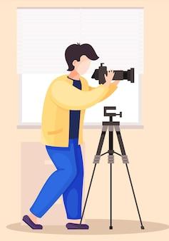 De man die staat en de camera aanpast Premium Vector