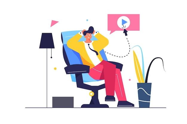 De man rust zittend in een comfortabele stoel, de man zit met gevouwen armen naar het hoofd