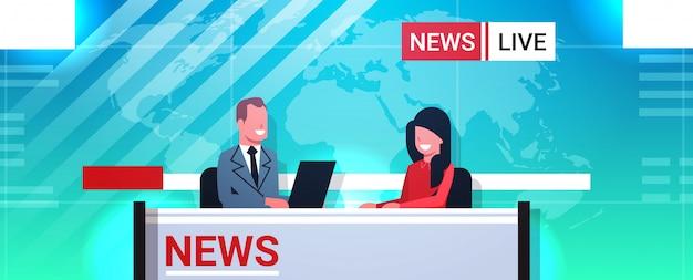 De mannelijke presentator die vrouw in het live nieuws van tv van de televisiestudio interviewen toont videocamera die bemanning het vlakke horizontale portret van de omroepconcept uitzenden