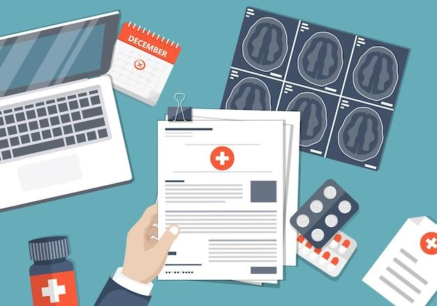 De mens vult de vorm van een ziektekostenverzekering in