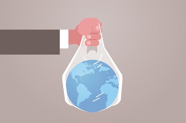 De menselijke hand die planeet in zak houdt zegt geen plastic verontreiniging die ecologieprobleem recyclet sparen het aardeconcept vlak horizontaal