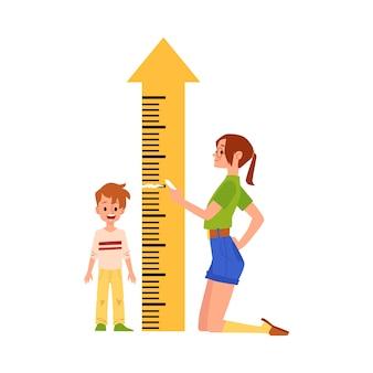 De moeder meet zoonhoogte door heersersmeter in pijlvorm, vlakke vectorillustratie geïsoleerd. kinderen groei en ontwikkeling concept.