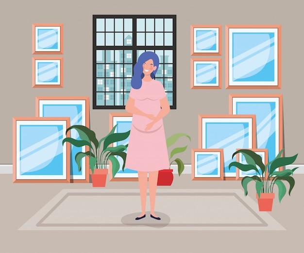 De mooie scène van de vrouwenzwangerschap binnenshuis gang