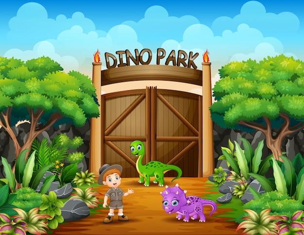 De ontdekkingsreizigerjongen in het park van dino